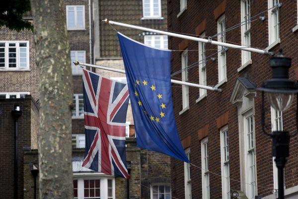 在英国伦敦拍摄的欧盟旗帜(右)和英国国旗。