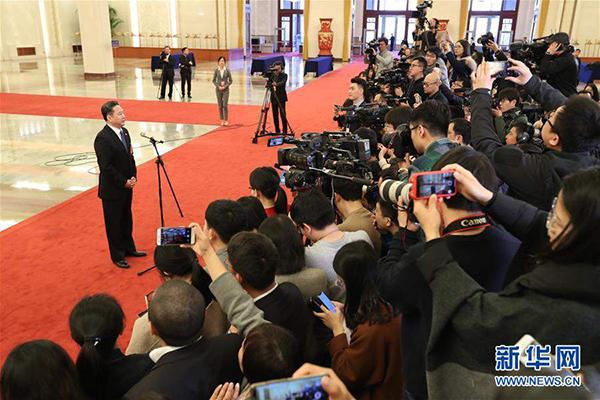 """3月5日,交通运输部部长李小鹏在""""部长通道""""接受采访。"""