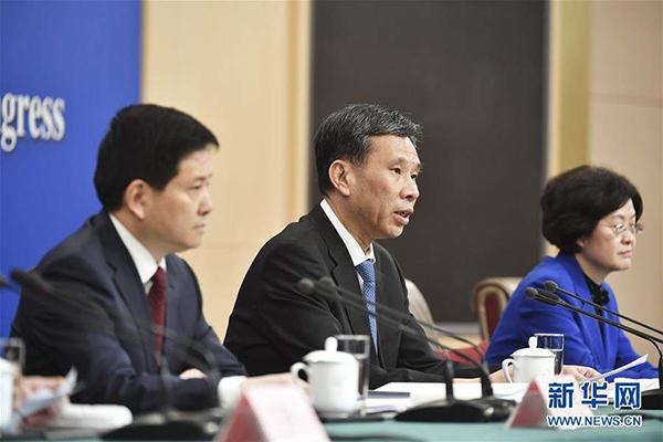 """3月7日,财政部部长刘昆,副部长程丽华、刘伟就""""财税改革和财政工作""""相关问题回答中外记者提问。"""