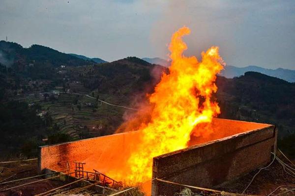1月2日,东页深1井试获高产页岩气。图为试气现场。