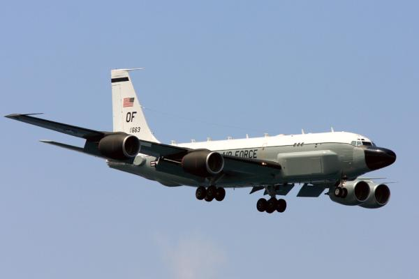 """追踪弹道导弹轨迹的美国空军的特殊电子侦察机RC-135S""""眼镜蛇球""""(Cobra Ball)3月30日飞抵了日本冲绳嘉手纳基地。"""