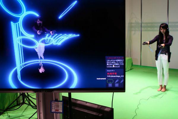 在日本东京,一名观众体验都科摩公司5G虚拟现实设备。