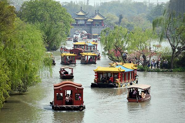 扬州瘦西湖上游船如织