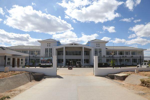 中国向津巴布韦援建了很众令当地人受好的项现在。图为中国援建津巴布韦的马胡塞夸中津友谊医院主楼。(张玉亮 摄)