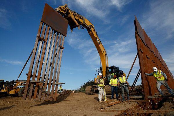 在美国和墨西哥边境修建的隔离墙(美国陆军网站)