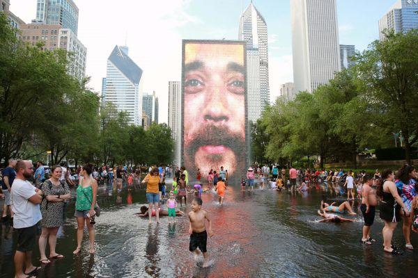 人��在美��芝加哥市中心千禧公�@的皇冠��泉游玩。(新�A社)