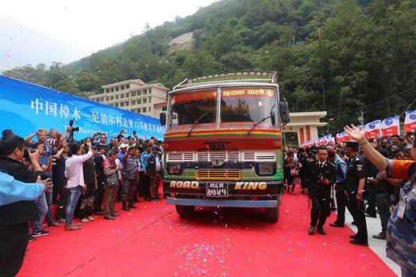 5月29日,一辆尼泊尔货车满载货物驶过连接中国和尼泊尔的友谊桥。(周盛平 摄)