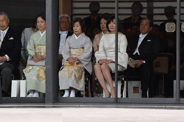 安倍夫人坐下之后,露出来的膝盖显得更加显眼(《日刊体育》)