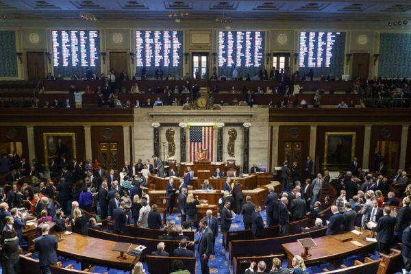 10月31日,在美国华盛顿,美国国会众议长佩洛西(后中)主持针对总统特朗普进行弹劾调查程序的决议案投票。(新华社发,梅利娜·玛拉摄)