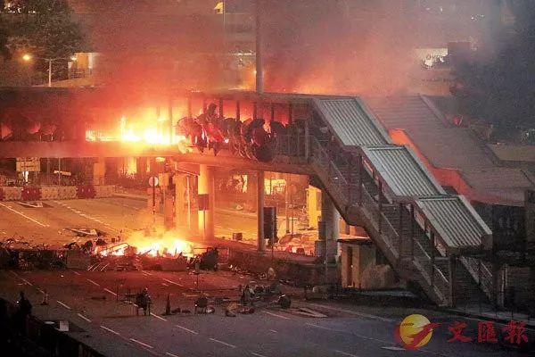 理大走人天桥被纵火,火栽跌落桥下。香港文汇报记者 摄
