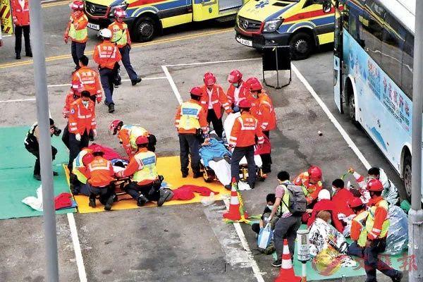理工大学内有暗衣暴徒尝试爬渠及有片面人失温受伤自首送院。香港文汇报记者 摄