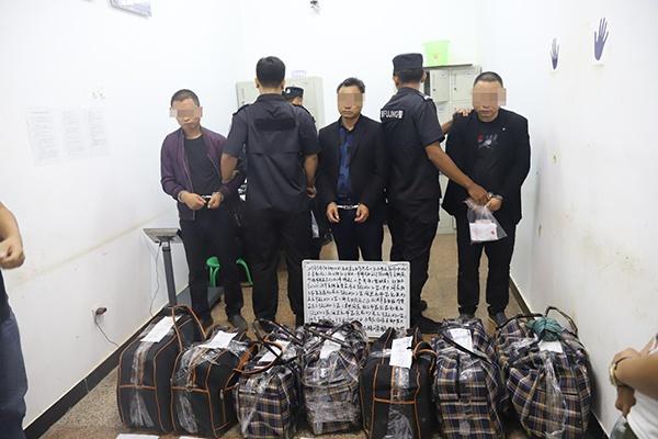 查获的7编织袋毒品和抓获的3名犯罪嫌疑人 本文图均来源:孟连警方