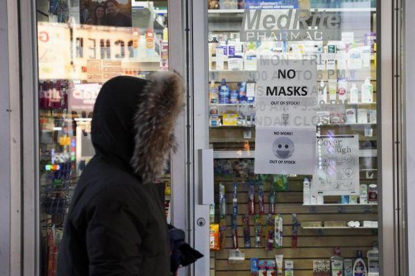 ▲3月7日,美国纽约一家药店贴出口罩售罄的告示。(新华社)