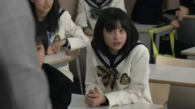 2015年的电影《海角日记》的幼妹妹浅野铃,成熟懂事,爽朗顽强。