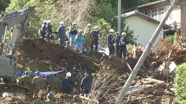日本救援人员在救助伤者(日本NHK电视台)