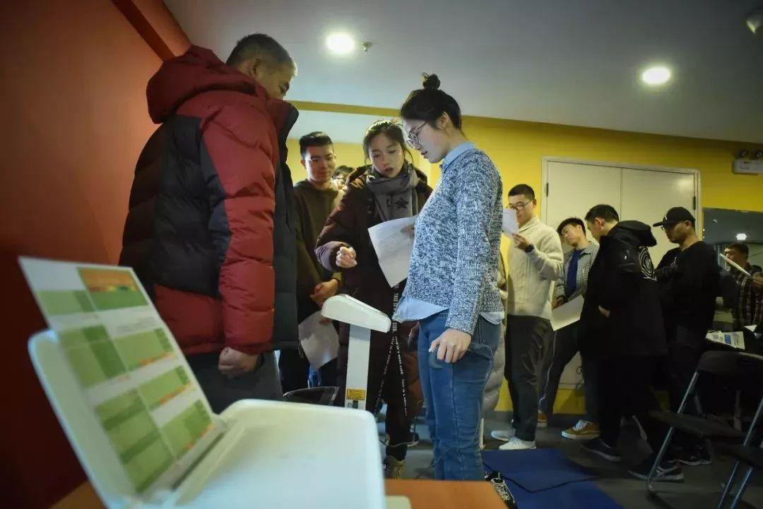 △开课前镇日,12月9日,门生前来测试。