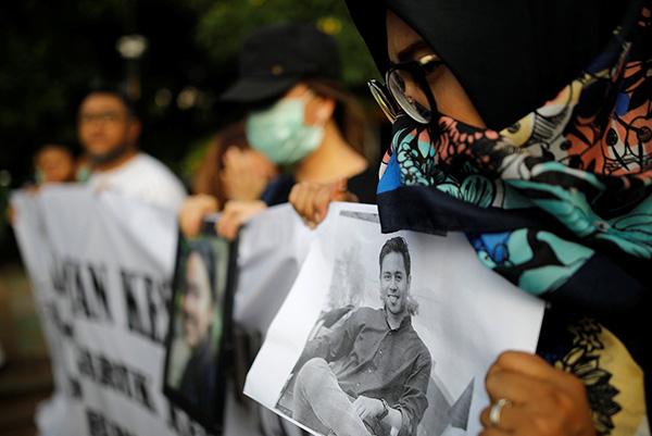 当地时间2018年12月13日,印尼雅添达,印尼狮航坠机事故遇难者支属在总统府表集会,请求不息搜寻失踪者遗体。视觉中国 图