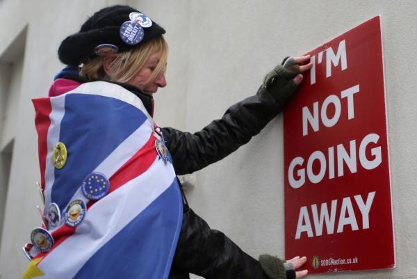 """3月13日,在英國倫敦,""""脫歐""""反對者在議會大廈外放置標語牌。 新華社 圖"""