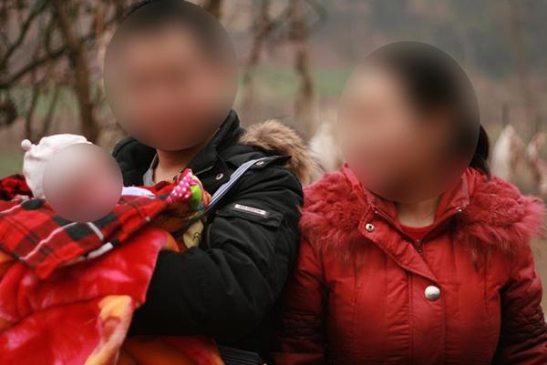 王凌云抱着刚出生的小女儿,身边是他的妻子。受访者供图