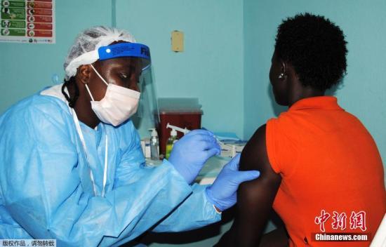 原料图:当地时间2015年2月2日,利比里亚蒙罗维亚,医护人员为民多注射埃博拉疫苗。