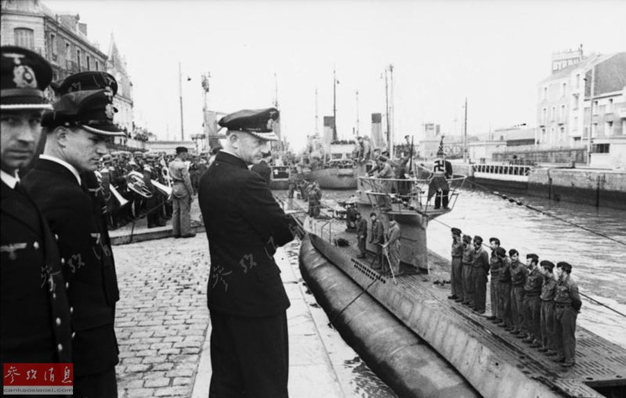 """图为1941年,""""海狼""""司令视察他的U型潜艇(简称U艇)部队。"""