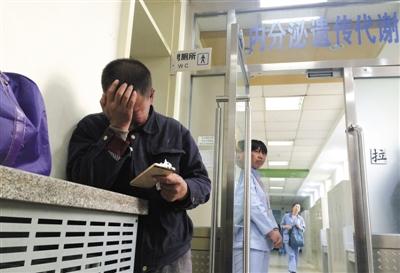 昨天,北京少年�t院,探�完孩�汉�,樊喜法在病房外抽泣,因�楹�翰∏樘�e不克不及陪床,樊喜法只能一周探�二次。新京�笥�者 浦峰 �z