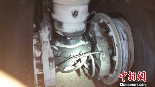 4月26日20:03分SC8722航班(貴陽-海口)落地后發現左側主輪兩個輪胎爆胎,機場跑道隨即封閉。圖為爆胎后的輪胎。 美蘭機場供圖 攝