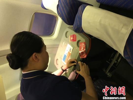 乘務長為器官保存箱系上安全帶。 余立婭 攝
