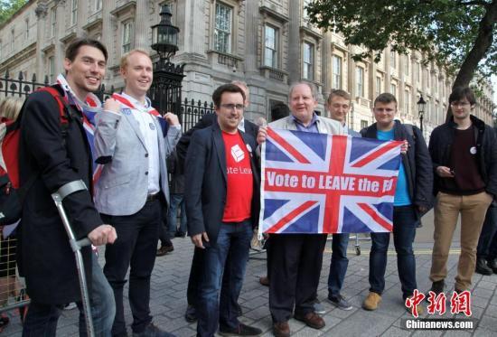"""当地时间2016年6月24日,英国""""脱欧""""公投计票结果揭晓,多数投票者赞成英国脱离欧盟。图为""""脱欧派""""支持者在伦敦市中心庆祝。中新社记者 周兆军 摄"""
