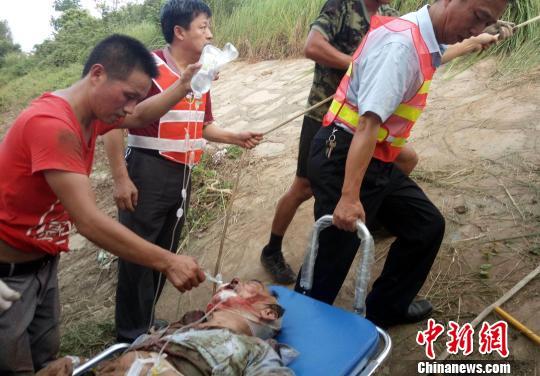 杭瑞高速江西境内发生一起大客车追尾货车的交通事故