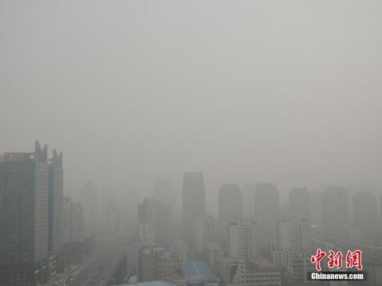 中国42都市の大気汚染警報発令 1...