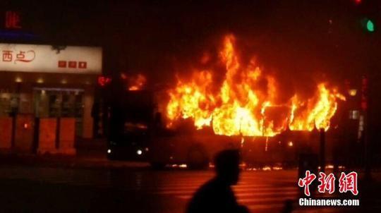 2014年11月21日18时20分左右,广西柳州市屏山大道一辆搭载约40名乘客的快速公交车(BRT)在行驶过程中发生人为纵火燃烧事件。资料图