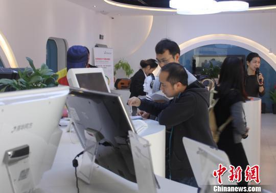 资料图:参观者体验电子科技产品。冯抒敏 摄