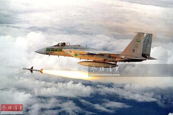 图为沙特空军F-15C战机发射AIM-7导弹资料图。