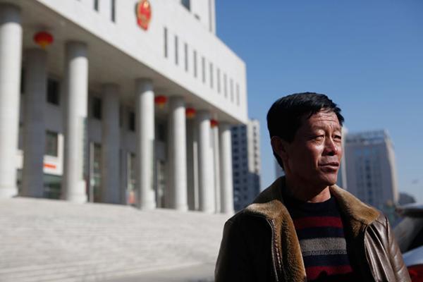 2017年2月,走出法庭的王力军。澎湃消休记者 张热良 原料图