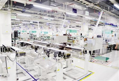 富士康车间工作图片_做好三篇文章 加快工业转型升级 减负 富士康 东盟_新浪新闻