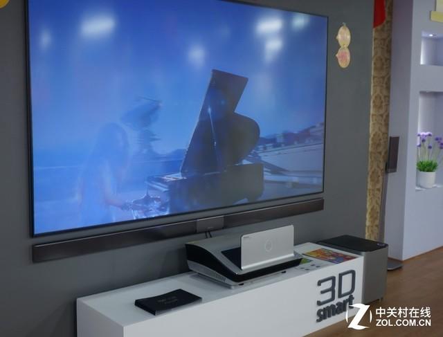 僅僅因為超薄這么一個優勢,OLED電視就能打敗液晶電視嗎?對于這一點筆者抱悲觀的態度。筆者認為OLED面板的真正優勢是節能。因為OLED面板在顯示部分圖像的時候,不用整個畫面都點亮,這一點液晶面板是不能比擬的。液晶面板的背光是一體的,即便只顯示畫面的一個像素,背光也必須全部開啟。