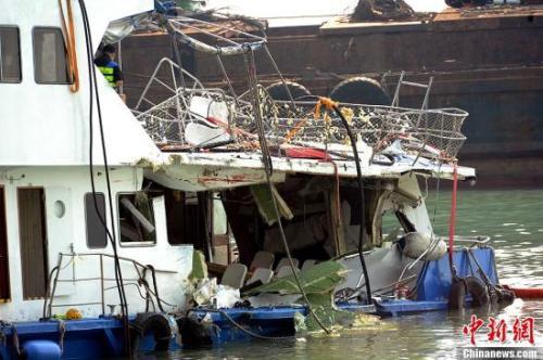 """资料图:""""南丫四号""""船尾严重损毁,被撞至穿了大洞,栏杆歪了,船舱里面的椅子塌下。中新社发 谭达明 摄"""
