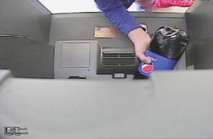 女子往ATM機猛倒可樂 看似可笑的舉動背后還有這些隱情