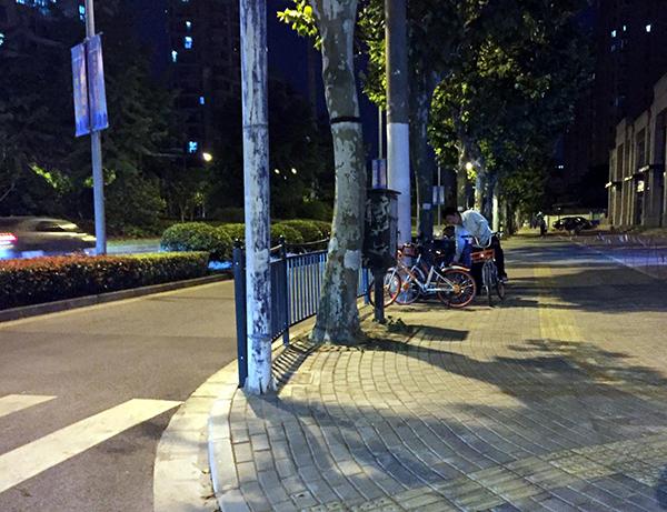 仅骑行了一小段,其中一辆车满足了红包领取条件,男子将车落锁停在路边。