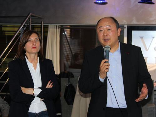 巴黎市议员、巴黎十三区副区长陈文雄(右)和候补人拉菲特女士(左)带领其团队宣布将代表共和国前进党参加巴黎第九选区的立法选举。(图片来源:欧洲时报张新 摄)