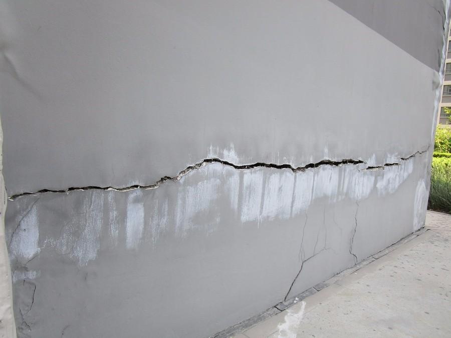 墙体无间断横裂长约4米