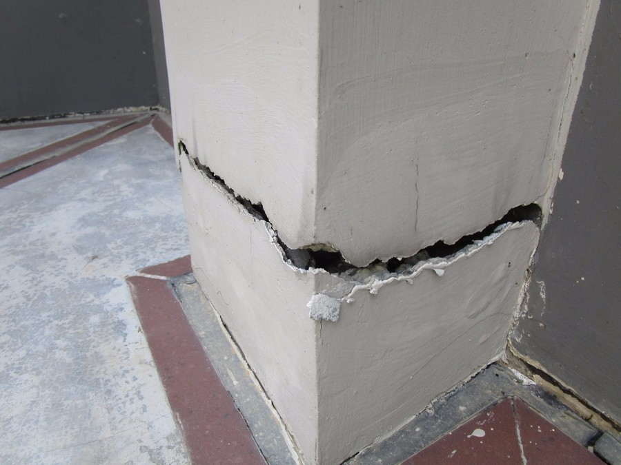墙柱断裂宽度约4公分
