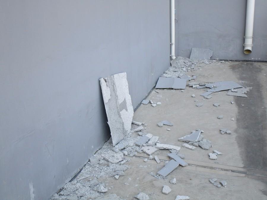 幼儿园墙壁下满地掉渣