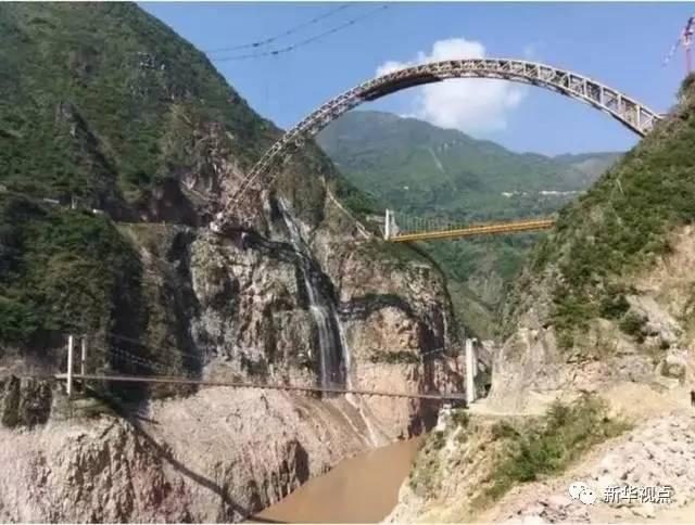 (圖為大柱山隧道內涌水形成的瀑布,其下為瀾滄江)