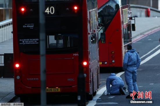 原料图:2017年伦敦恐袭发生后,司法调查人员在案发地点进走搜寻调查。