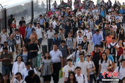 资料图:2016年8月31日,大批旅客乘坐高铁抵达南京火车站。当日,为期62天的暑运结束。 中新社记者 泱波 摄