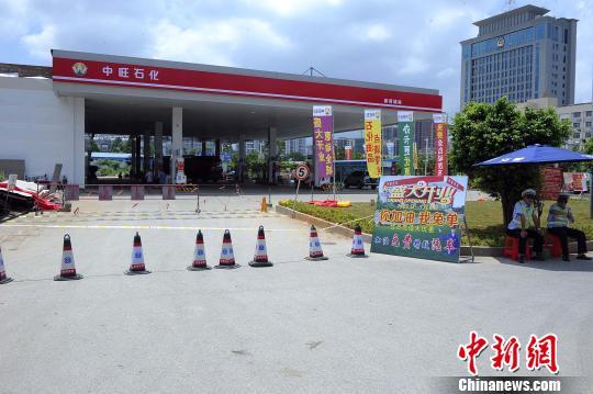 加油站入口拉起警戒线,有警察在现场看守。 蒋雪林 摄