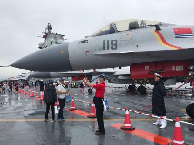 7月8日,中国首艘航母辽宁舰向香港市民免费开放。