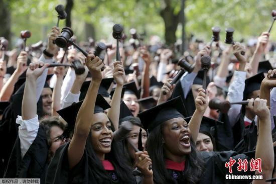 """资料图:哈佛大学毕业典礼<p>  一场官司持续了五年</p><p>  据报道,维权人士布鲁姆经营的非营利组织""""学生公平入学""""2014年提告,指控哈佛大学从事""""种族平衡"""",并对录取的亚裔美籍学生数量设限。</p><p>  据统计,2010至2017年,哈佛大学亚裔美籍学生约占20%,西裔与非裔美籍学生各占10%,白人等其他族裔占60%左右。校方说这反映申请者种族比例稳定,原告则指控这是非法种族配额的证据。</p><p>  原告声称,哈佛大学内部数据显示,亚裔美籍学生学业和课外活动评分在所有种族中居首,呈现幽默、勇气和善良等个性分析的""""个人评分""""却处于最末。</p><p>  在法院文件中,哈佛将亚裔美籍学生个人评分偏低,归咎于师长推荐函、申请者论文与面试产生的""""不可观察因素""""。</p><p>  什么样的学生能上哈佛?</p><p>  2018年10月,麻州联邦地区法院进行了为期3周的审判,引发全美热烈讨论种族与族裔在大学招生中扮演的角色。<img src="""
